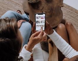 Dues persones ensenyant-se fotografies amb el mòbil Font: Cottonbro (Pexels)
