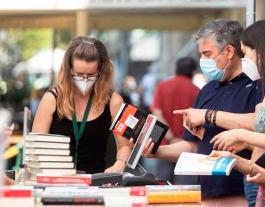 Paradeta de llibres i roses durant la Diada de Sant Jordi del passat 23 de juliol. Font: EFE
