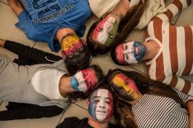 Joves amb la cara pintada. Font: Facebook de la Comissió Europea