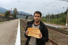 Edouard Portefaix d'Ucraïna amb un cartell que diu en anglès: No parareu el foc amb el foc