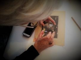 La fascinació en observar els detalls de les fotografies.