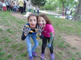 Dos membres de la unitat de Follets (6-8 anys) fent una activitat