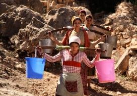 Fotograma de 'La fuente de las mujeres'