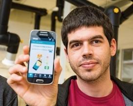 Un dels creadors mostrant l'aplicació 'Abouit'
