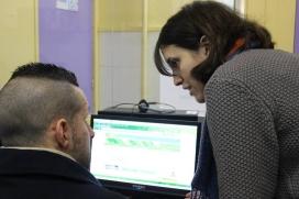 Mentora ajudant una estudiant al Club Ocupa't de la Fundació Marianao