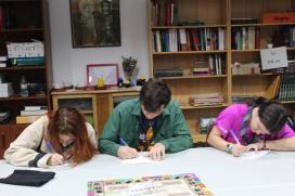 """Diferents joves jugant a """"Fronteres Invisibles"""" / Foto: Truc 2 AEiG Rudyard Kipling"""