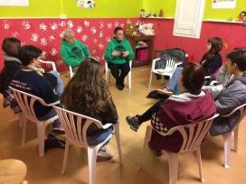 Unitat de Pioners (15-17 anys) a la PAH fent una xerrada sobre desnonaments