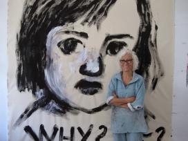 CArmé Solé davant d'un dels seus dibuixos que reivindiquen els drets dels infants