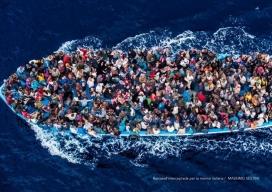 pastera plena de persones migrants al Mediterrani rumb Europa