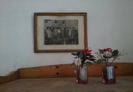 Retrat de membres de la Junta i alguns socis enmarcat a la Sala de Juntes de l'Ateneu de Sant Just Desvern, ca. 1947.