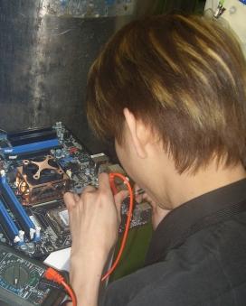Un treballador de Foxconn, una empresa coneguda pels conlictes laborals. Imatge Rico Schen. Llicència d'ús CC BY