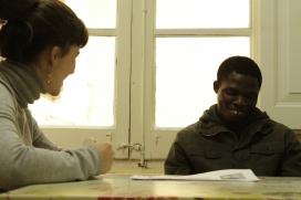 Una treballadora social amb un usuari de Cáritas. Font: Marc Bartomeus (Cáritas)
