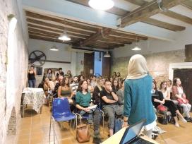 Imatge de la xerrada que va tenir lloc al local del Servei Civil Internacional