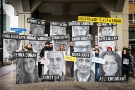 Membres d'Amnistia Internacional en un acte a Rotterdam