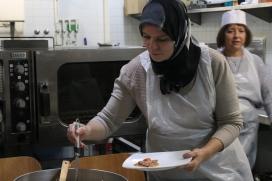 Una dona servint menjar en un plat