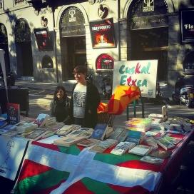 Estand de l'Euskal Etxea de Barcelona a la Rambla la diada de Sant Jordi de 2016