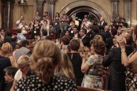 El Ple aplaudint l'aprovació de la Llei del voluntariat. Font: Parlament de Catalunya
