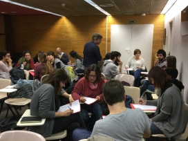 Participants a la formació duent a terme activitats en petits grups