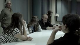 Carles Bosch fent una explicació. Darrere i dempeus, el productor Joan Antoni Barjau