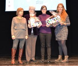 Les guanyadores del 7è Concurs de Relats de Voluntariat Social van rebre un lot de productes d'El Mercat Social (Font: FCVS)