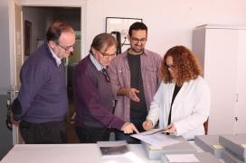 Jordi Amigó arxiver municipal de Sant Just, Albert Macià president de l'Ateneu i Sergi Seguí regidor de Cultura i Patrimoni de Sant Just Desvern en les tasques de descripció dels fons fotogràfics.
