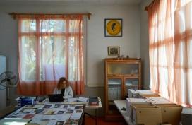 Sala de Juntes de l'Ateneu transformat durant dos mesos en la sala de treball de l'Arxiu Fotogràfic de l'Ateneu de Sant Just Desvern.