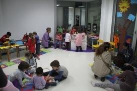 Els monitors i monitores faran activitats de lleure amb infants.