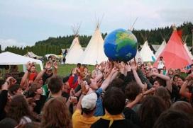 Un grup de joves jugant amb una bola del món.