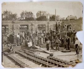 Construcció de les Escoles de l'Ateneu de Sant Just Desvern. Fotògraf Luís de Olalde. Ca. 1917. Arxiu Fotogràfic de l'Ateneu de Sant Just Desvern.