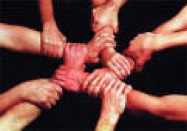 Grup de mans formant xarxa