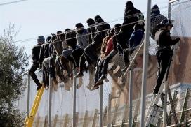 Un grup de persones a la frontera de Melilla. Font: Infolibre