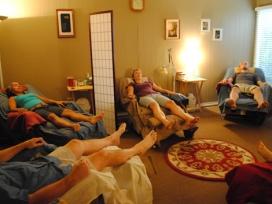 Una sessió d'acupuntura comunitària. Font: tratamientomtc.wordpress.com