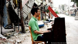 Aeham Ahmad tocant el piano als carrers de Síria. Font: ACP