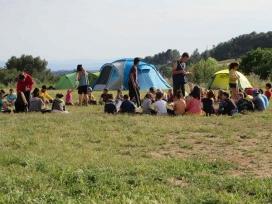 Membres de l'Agrupament Escolta i Guia Flos i Calcat d'Arenys de Mar acampant a la natura.