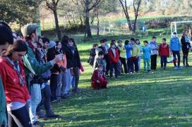 Infants, joves i caps de l'AEiG Sant Ferran en una sortida. Foto: MEG.