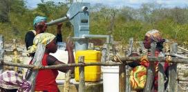 Grup de dones bevent i traient aigua d'una font (Font: ESF)