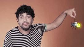Alguer Miquel, cantant de Txarango col·labora al vídeo d'Eticom. Foto: https://www.youtube.com/watch?v=_1-PGocP0RA