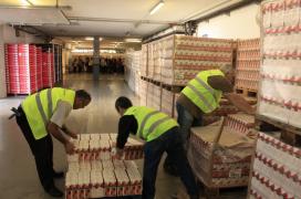 Voluntaris classificant els productes obtinguts al Gran Recapte