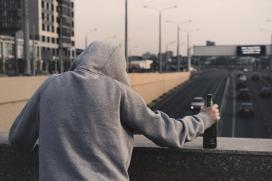 Imatge d'una persona amb una botella d'alcohol