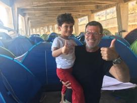 Tisores Solidàries estableix un vincle amb les persones refugiades. Font: Saul Sancho