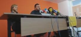 Andrés G. Berrio, advocat dels 11 passatgers expulsats en roda de premsa.