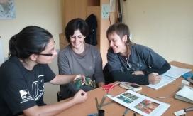 Les persones expertes trasmeten els seus coneixements als nous voluntaris i voluntàries que desitgen formar-se com a anelladors i anelladores oficials (imatge: ornitologia.org)
