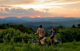 L'ecoturista estableix un vincle amb el territori que visita, i amb Arrelia entra en contacte amb entitats ambientals (imatge: ruralmind.com)