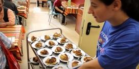 Una voluntària ajudant al menjador