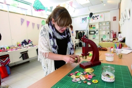 Imatge d'una jove treballant en el projecte