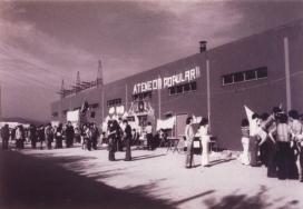 Una fotografia històrica de l'Ateneu, cap a l'any 1976, en què les instal·lacions d'una planta asfàltica van ser ocupades pels veïns i les veïnes