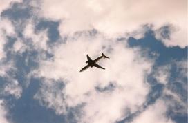 Un avió travessa el cel. Foto: Javier Leiva a Flickr