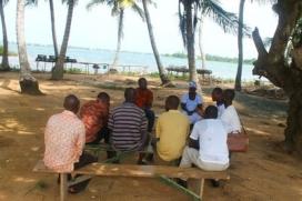 Part de la comunitat de l'illa d'Azizakpe, a la costa de Ghana, amb qui la FNB de la UPC ha desenvolupat una barca per a la mobilitat (Font: CCCD)