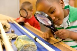 Nens aprenent sobre minerals