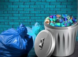 Envasos de plàstic a la galleda de les escombraries